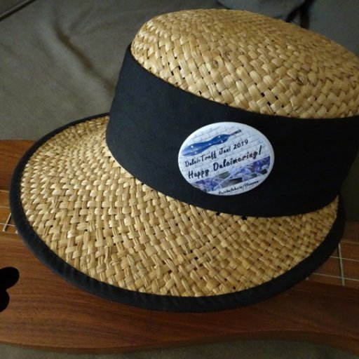 Summer hat with badge_web groß