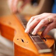 Dan Evans playinmg dulcimer fingerstyle